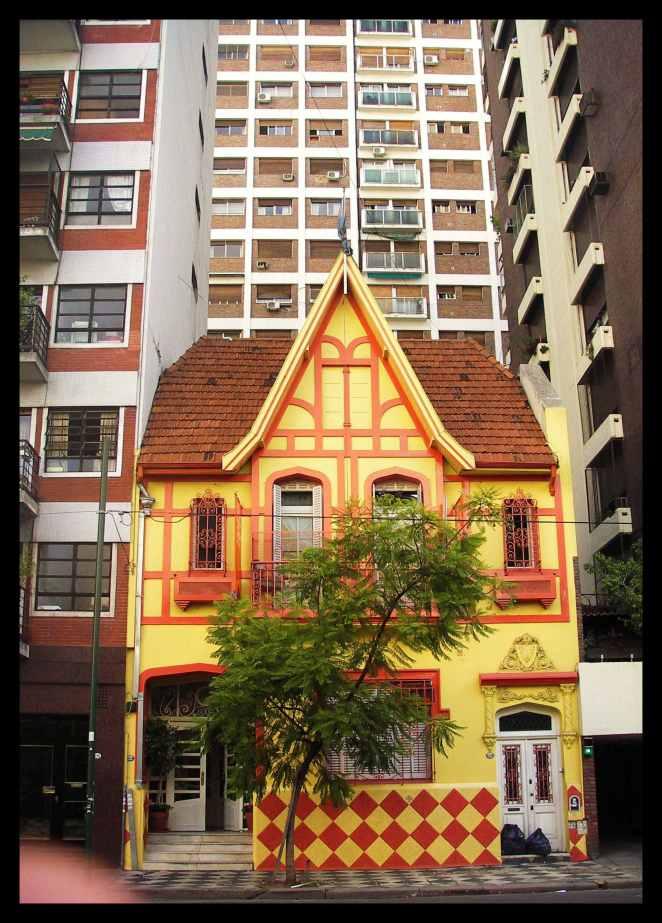 Haus unter Wolkenkratzern