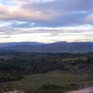 Hier lässt sich die hinterliegende Landschaft mit den Tafelbergen bereits erahnen