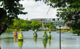 Im See die Orixas, die Götter der afro-brasilianischen Candomblé-Religion. Im Hintergrund das WM-Stadion.