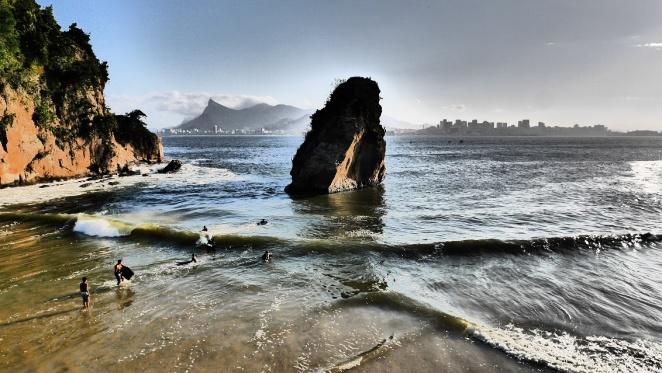 Badende, hinten Rio, ganz hinten sieht man den Cristo Redentor auf dem Berg