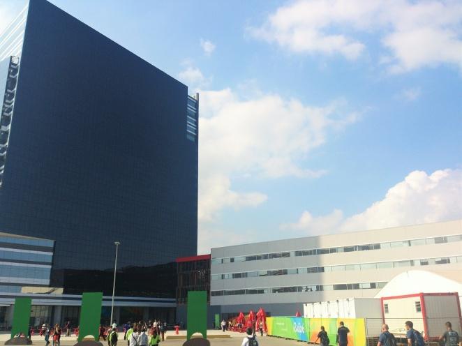 Pressecenter mit Turm, flach daneben das Fernsehzentrum; vermutlich kommen da auch ein guter Teil der deutschen Studioübertragungen her